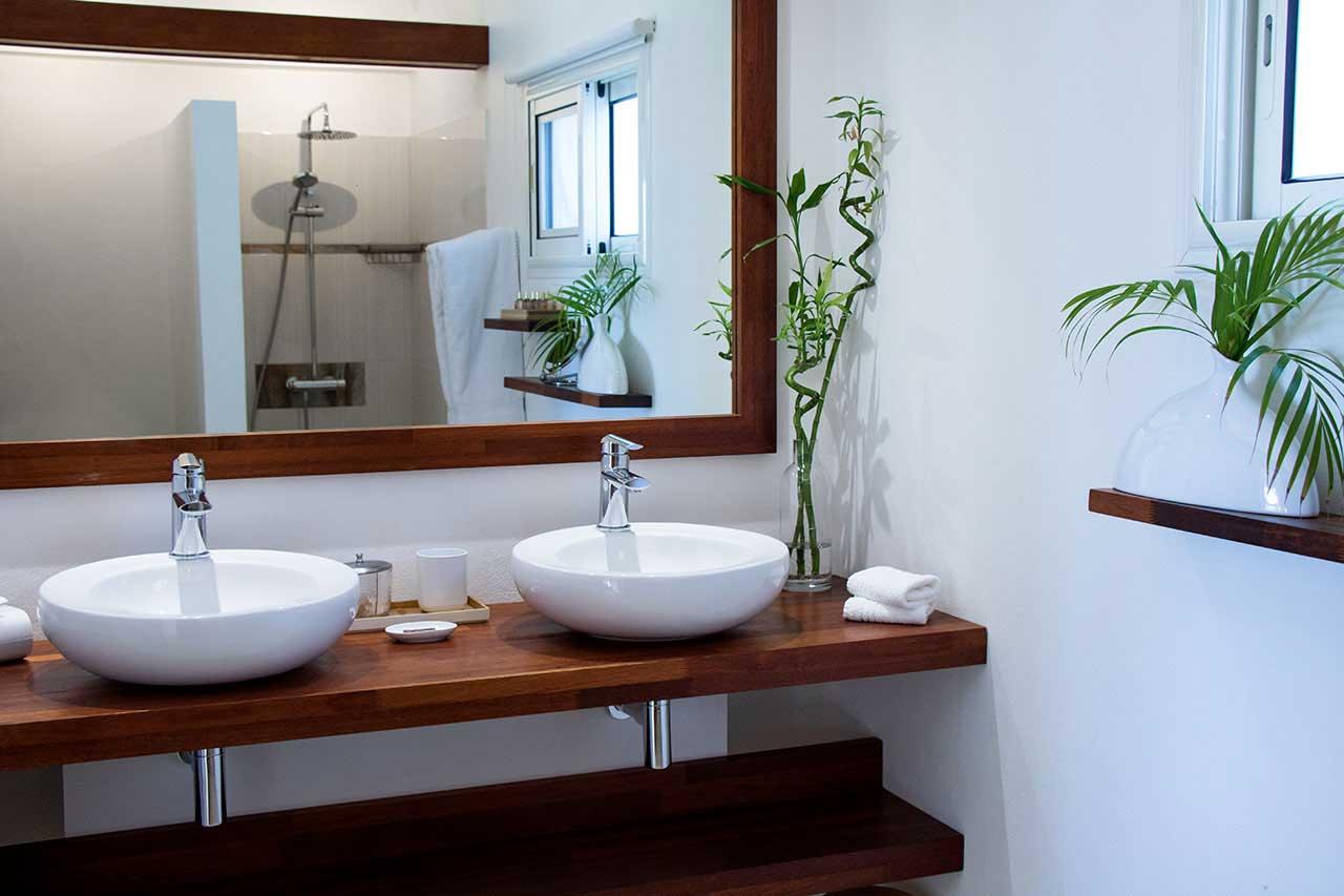 Villa La Roche dans l'Eau : Beige Bedroom - Bathroom