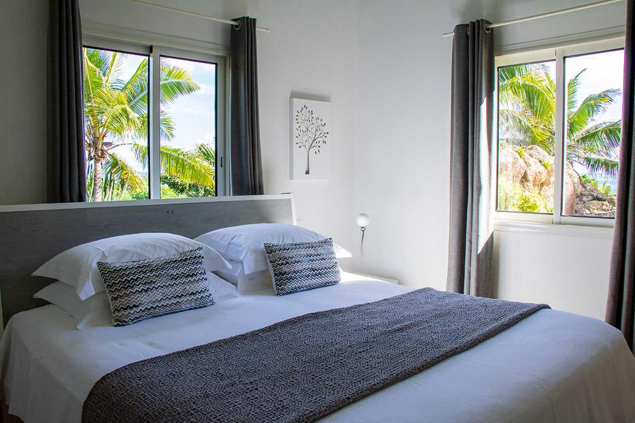 Villa La Roche dans l'Eau : Grey Bedroom
