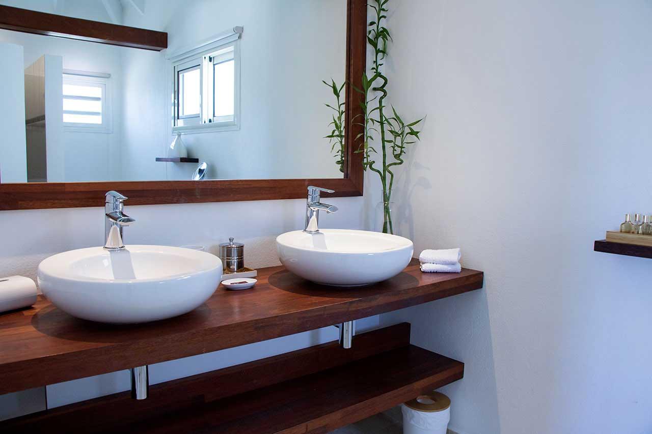 Villa La Roche dans l'Eau : Grey Bedroom - Bathroom